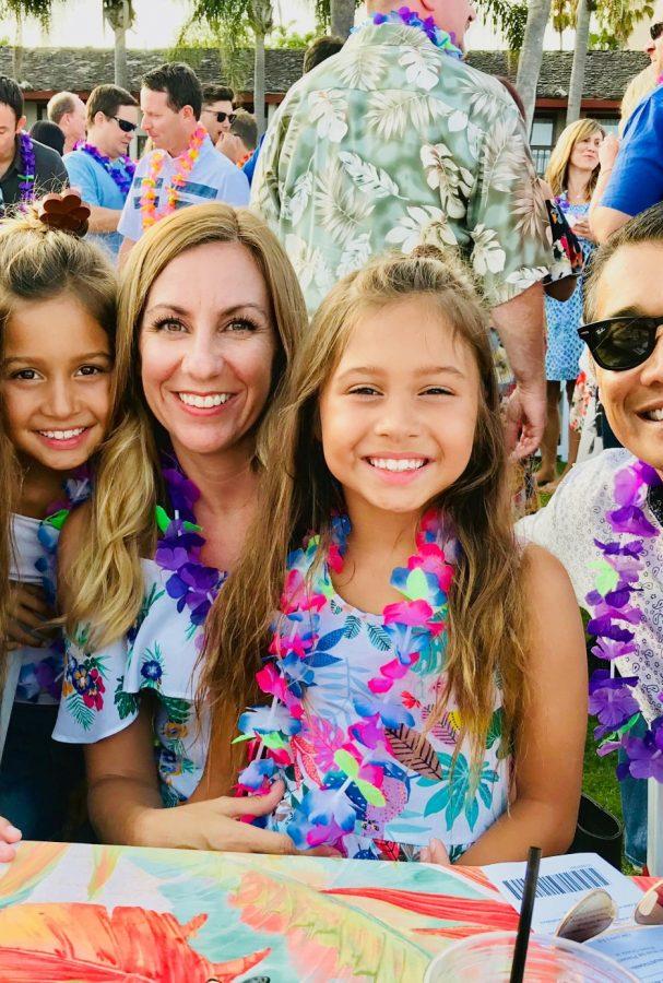 happy-family-at-the-hawaiian-luau-tonythetigersson-tony-andrews-photography_t20_NG3LXr