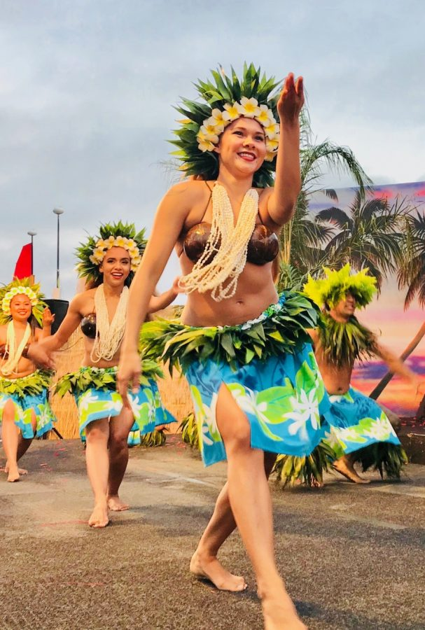 happy-hula-dancers-on-stage-performing-at-the-luau-tonythetigersson-tony-andrews-photography-aloha_t20_noGrzK